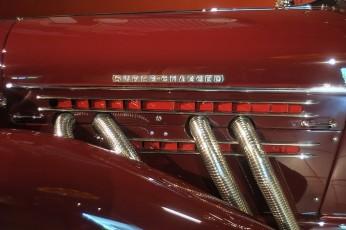 Met mechanisch aangedreven Schweitzer-Cummins centrifugaalcompressor. Deze draait op maximaal vermogen 24.000 toeren, waarbij de uiteinden van de rotorbladen zelfs supersonische snelheden bereiken.